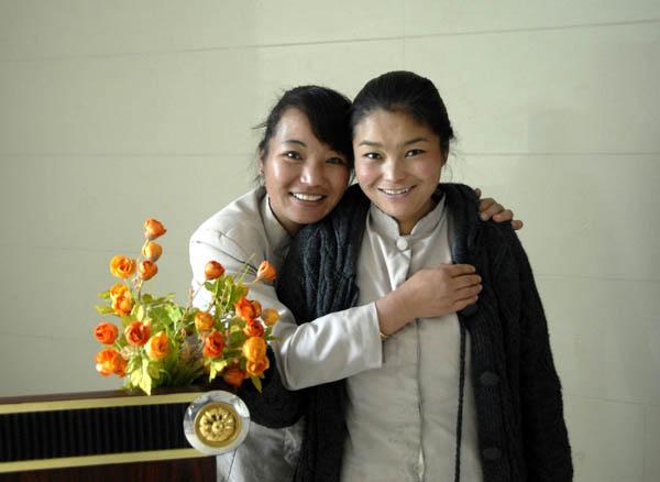 https://wizjalokalna.files.wordpress.com/2011/06/tybet-dziewczyny-pokojc3b3wki-z-hotelu-w-tsetang.jpg?w=780
