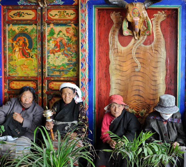 https://wizjalokalna.files.wordpress.com/2011/06/tybet-lhasa-dc5bcokang-staruszki.jpg?w=780