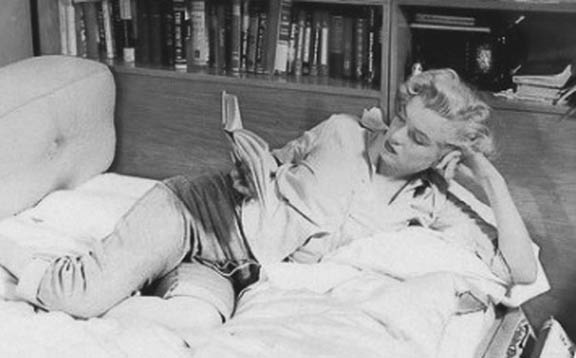 https://wizjalokalna.files.wordpress.com/2011/12/marilyn-monroe-czyta.jpg?w=780