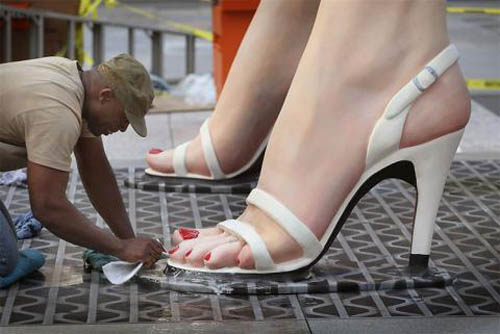 https://wizjalokalna.files.wordpress.com/2011/12/marilyn-monroe-statue-feet.jpg?w=780