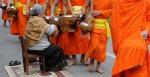Mnisi buddyjscy Luang Prabang Laos jałmużna(2)