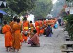 Mnisi buddyjscy Luang Prabang Laos jałmużna(5)