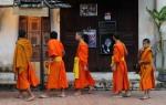 Mnisi buddyjscy Luang Prabang Laos jałmużna(6)