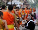 Mnisi buddyjscy Luang Prabang Laos jałmużna(7)