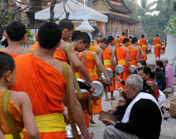 https://wizjalokalna.files.wordpress.com/2012/03/mnisi-buddyjscy-luang-prabang-laos-jac582muc5bcna-7.jpg?w=780