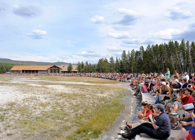 https://wizjalokalna.files.wordpress.com/2012/07/old-faithful-crowd.jpg