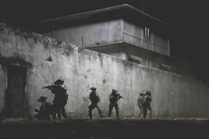"""Uzbrojone po zęby komando Navy SEALs szturmuje kryjówkę bin Ladena (""""Wróg numer jeden"""")"""