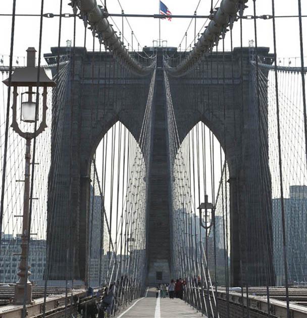Neogotycka brama prowadząca do manhattańskiej dżungli (Brooklyn Bridge, New York)