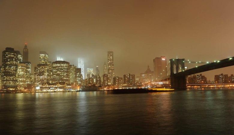 Manhattan nocą (po prawej: fragment mostu Brooklińskiego