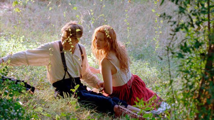 Młodość, miłość i pożądanie - pławiąc się w jasnym świetle słońca i kolorów
