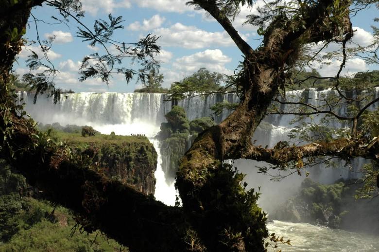Wodospady Iguazu (warto zwrócić uwagę na ludzkie sylwetki, by sobie uzmysłowić właściwe proporcje i olbrzymią skalę zjawiska, jakim są Wodospady Iguazu)