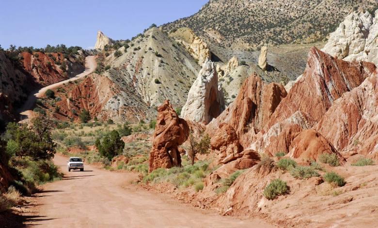 Na krętej, piaszczystej drodze przez czerwoną pustynię (Grand Staircase Escalante w Utah)