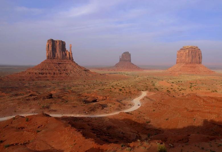 Przestrzeń nieoswojona, nasycona barwą. Nieziemskie scenerie Doliny Monumentów (rezerwat Indian Nawaho w Arizonie)