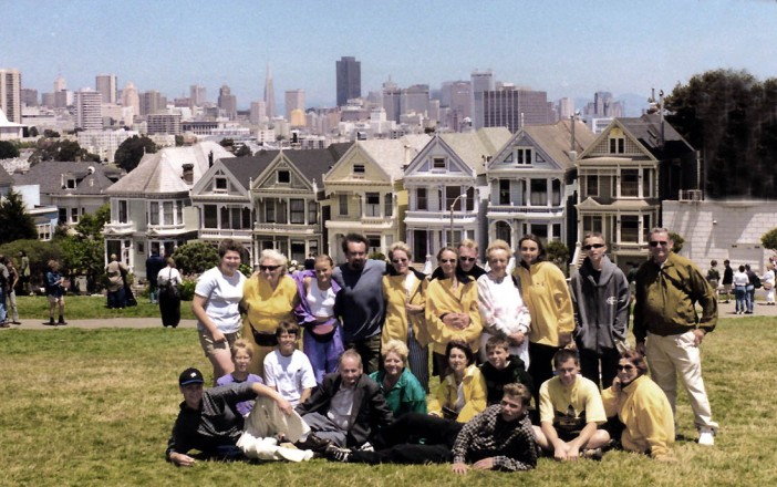 """Pamiątka z San Francisco – w tle: słynne kamieniczki """"Victorian Ladies"""" i wieżowce downtown"""