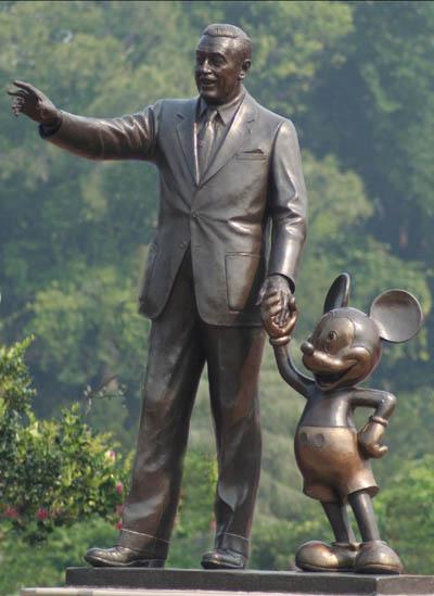 Walt Disney ze swoją Myszką, która pozwoliła zbudować mu imperium (Disneyland)