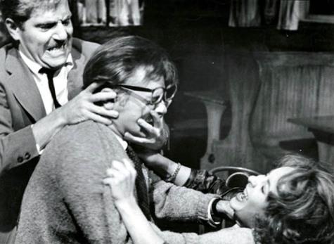 """""""Kto się boi Virginii Wolf"""" - sztuka Albee'ego, która zdobyła mu sławę (w kadrze z filmu: Liz Taylor, Richard Burton, George Segal)"""
