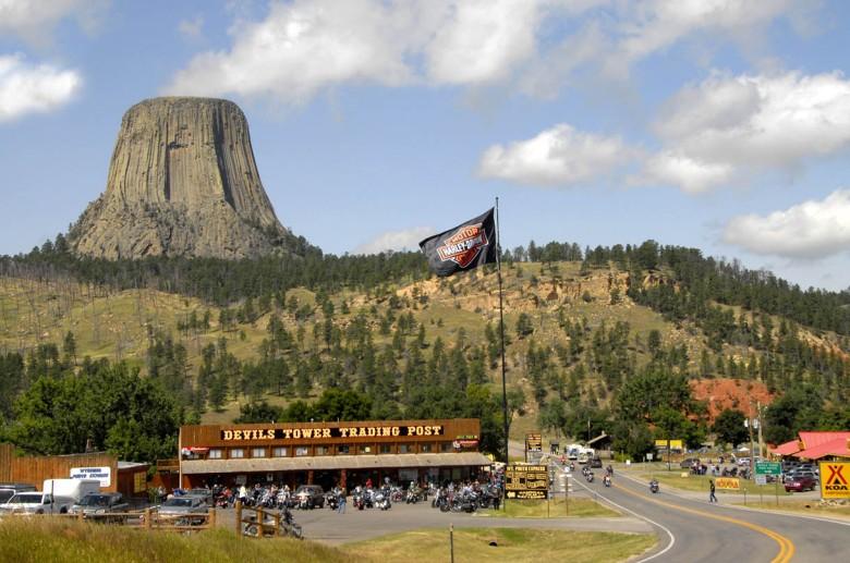 Devil's Tower w czasie najazdu amatorów Harley'a-Davidsona na Czarne Wzgórza