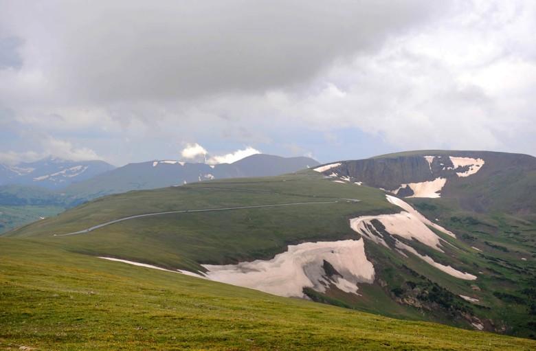 Droga prowadząca przez przełęcz Trail Ridge na terenie Parku Narodowego Gór Skalistych w stanie Kolorado. Jedna z najwyżej położonych dróg na kontynencie (3723 m. n.p.m.)