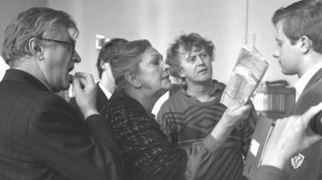 """Piwowarski: jestem zakochany w młodości. Wszystkie swoje filmy robiłem o uczuciach ludzi młodych. Może dlatego, że mam tak przygniatającą i przejmującą świadomość czasu, który ucieka – że się starzeję. (Reżyser na planie """"Marcowych migdałów"""".)"""