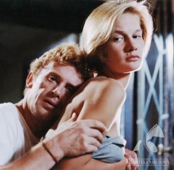 """Radosłąw Piwowarski: """"Ja w ogóle jestem zakochany w młodości. Wszystkie swoje filmy robiłem o uczuciach ludzi młodych. Może dlatego, że mam tak przygniatającą i przejmującą świadomość czasu, który ucieka."""" (Maria Seweryn i Daniel Olbrychski w """"Kolejności uczuć"""".)"""