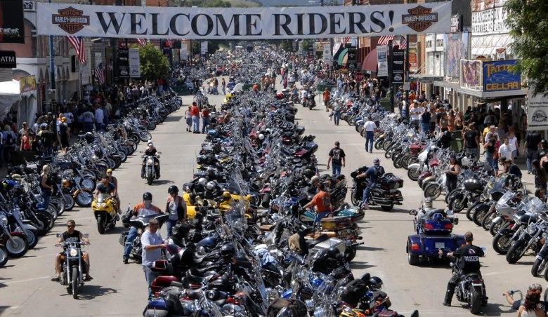 Ci wspaniali mężczyźni i ich szalejace maszyny - zjazd Harley'owców na Czarnych Wzgórzach (Sturgis, Dakota Południowa)