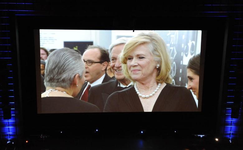 """Liv Ullmann na dużym ekranie w Harris Theatre (projekcja z transmisji """"na żywo"""" z czerwonego dywanu przed wejściem do teatru)"""