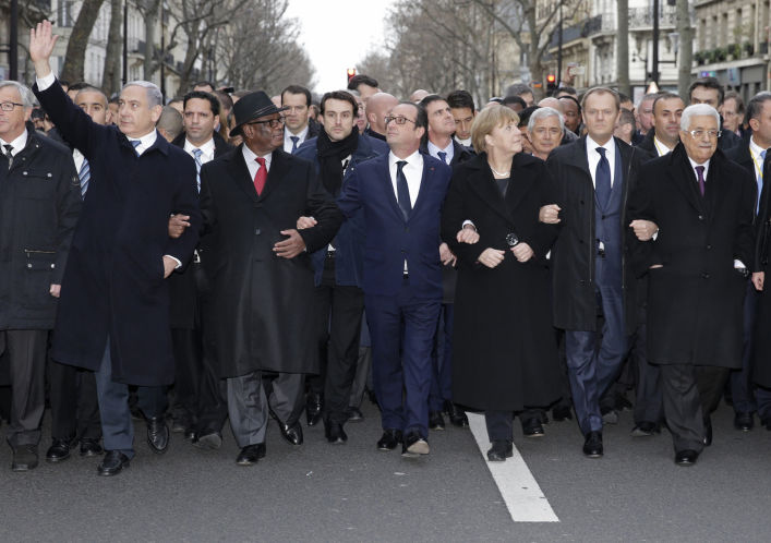 Demonstracja siły czy bezsilności - politycy demonstrują w Paryżu po ataku na Charlie Hebdo