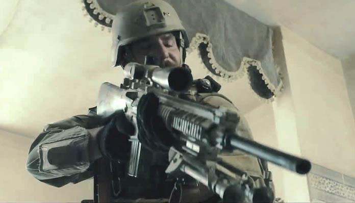 """Amerykański bohater zwany Legendą - na swoim koncie ma zabicie (oficjalnie) 160 irakijskich """"dzikusów"""", co wielu Amerykanów doprowadziło do patriotycznej ekstazy."""