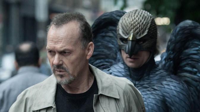 """(Na granicy rzeczywistości i halucynacji, prawdy i fikcji, dramatu i komedii, ważności i znikomości, sztuki i pop-kiczu… (Michael Keaton ze swoim alter ego w filmie Alejandra G. Iñárritu """"Birdman"""")"""