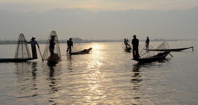 Wschód słońca nad jeziorem Inle - nastrój jak podczas zachodu