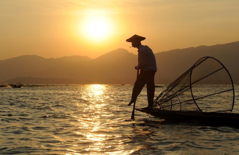 Rybak z papierosem - zmierzch nad Inle, największym jeziorem Birmy