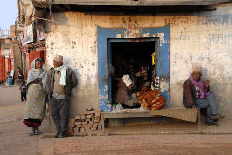 Malowniczość jest aspektem piękna, ale czy piękna może być bieda? (Ludzie przed sklepikiem pod Katmandu)