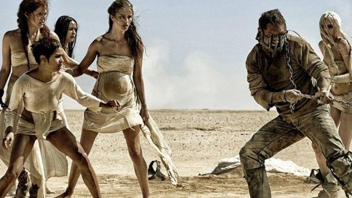 Kobieca kruchość jest pozorna - nawet naga na pustyni, nawet w ciąży, nawet piękna - okazuje się twarda jak opancerzony męski wojownik szos zrywający łańcuchy