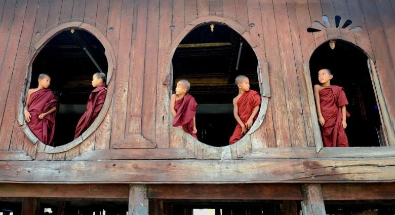 Klasztorne okna na świat – w takim malowniczym anturażu każda poza jest dobra
