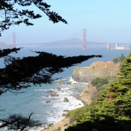 Kalifornijskie Wybrzeże Pacyfiku z mostem Golden Gate w oddali