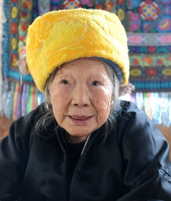 W żółtym nakryciu głowy (CHINY)