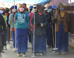 Pracownice ubijające beton w jednej ze świątyń Lhasy (TYBET)