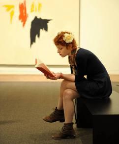Zaczytana dziewczyna w Metropolitan Museum w Nowym Jorku (STANY ZJEDNOCZONE)