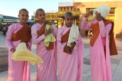 Młode mniszki buddyjskie pod Złotą Skałą na górze Kyaiktiyo (BIRMA)