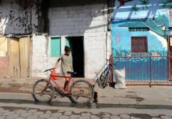 Nastolatka z rowerem w miasteczku Granada (NIKARAGUA)