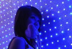 W neonowym świetle na ulicy w Sajgonie (WIETNAM)