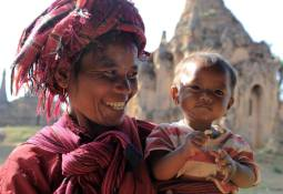 Mama z córeczką spotkana we wiosce Inthein nad Jeziorem Inle (BIRMA)