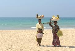 Z koszami pełnymi owoców na plaży Ngapali (BIRMA)