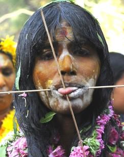 Rytualny piercing - kobieta biorąca udział w procesji Kanwar Yatra (BIRMA)