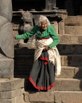Staruszka schodząca po schodach w starozytnym mieście Bhaktapur (NEPAL)