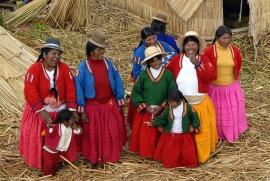Kobiety plemienia Uros z wioski pływajacej po jeziorze Titicaca (PERU)