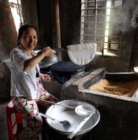 Tak powstają ryżowe placki (WIETNAM)
