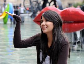 Z uśmiechem pod Centrum Pompidou (FRANCJA)