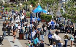 Lokalesi i przybysze spotykają się w tłumie na Fisherman's Wharf