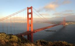 Most Golden Gate o zmierzchu. (San Francisco na horyzoncie po lewej.)